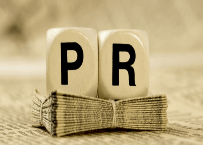 similarities between public relations and journalism While public relations tries to persuade the reader to think a certain way and often has a positive spin, journalists try to tell the whole story.